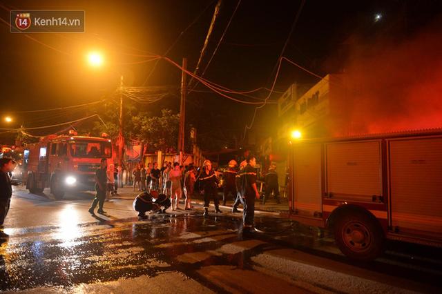 Hà Nội: Cháy khu tập thể A11 Nguyễn Quý Đức lúc nửa đêm, bà bầu và trẻ em được giải cứu an toàn - Ảnh 5.