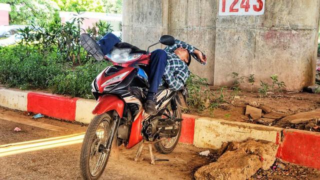 Hà Nội: Người dân trải bạt ngủ trưa dưới gầm cầu để tránh nắng - Ảnh 5.