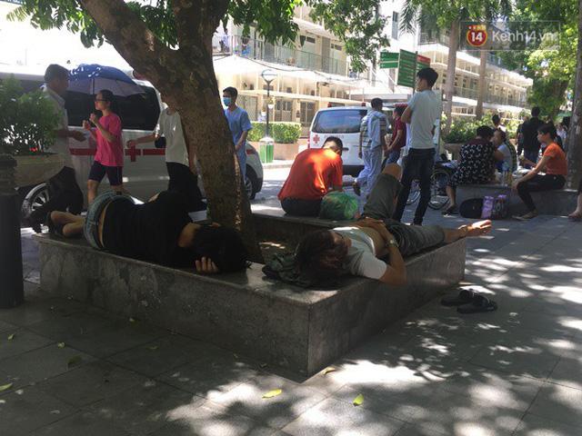 Ảnh: Người nhà bệnh nhân vạ vật gần hành lang, dưới bóng cây trong bệnh viện để tránh nắng nóng đỉnh điểm trên 40 độ ở Hà Nội - Ảnh 6.