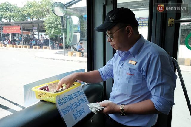 Những câu chuyện đáng yêu của bác tài xe buýt 54 và rổ tiền lẻ đầy tình người giữa Sài Gòn: Nếu quên, bạn cứ lấy tiền lẻ để mua vé - Ảnh 5.