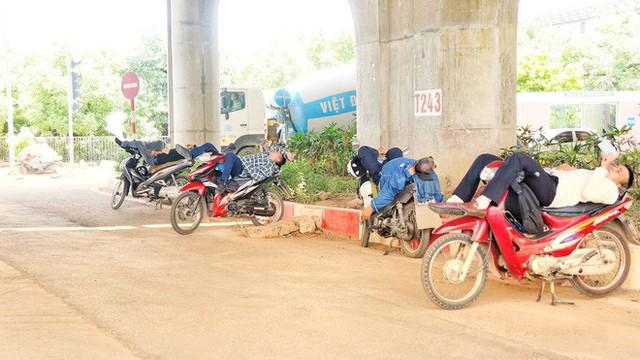 Hà Nội: Người dân trải bạt ngủ trưa dưới gầm cầu để tránh nắng - Ảnh 6.