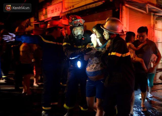 Hà Nội: Cháy khu tập thể A11 Nguyễn Quý Đức lúc nửa đêm, bà bầu và trẻ em được giải cứu an toàn - Ảnh 7.