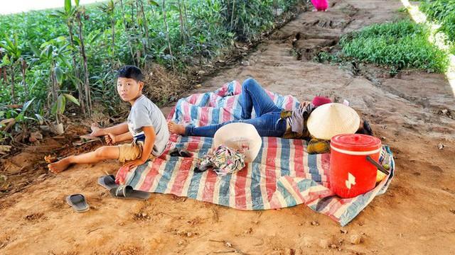 Hà Nội: Người dân trải bạt ngủ trưa dưới gầm cầu để tránh nắng - Ảnh 7.