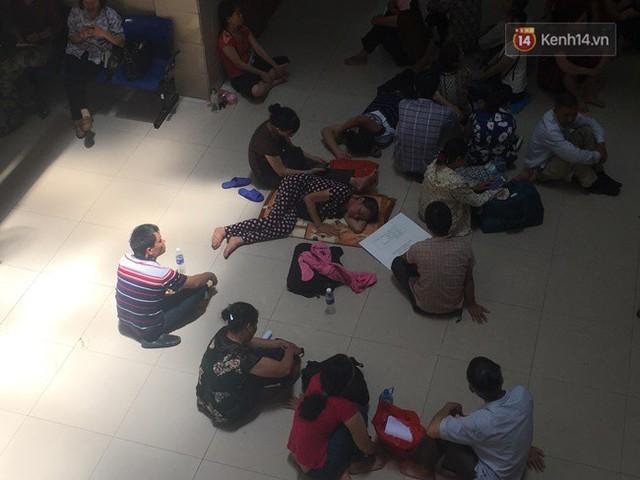 Ảnh: Người nhà bệnh nhân vạ vật gần hành lang, dưới bóng cây trong bệnh viện để tránh nắng nóng đỉnh điểm trên 40 độ ở Hà Nội - Ảnh 9.