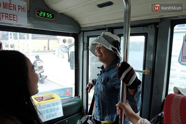 Những câu chuyện đáng yêu của bác tài xe buýt 54 và rổ tiền lẻ đầy tình người giữa Sài Gòn: Nếu quên, bạn cứ lấy tiền lẻ để mua vé - Ảnh 10.