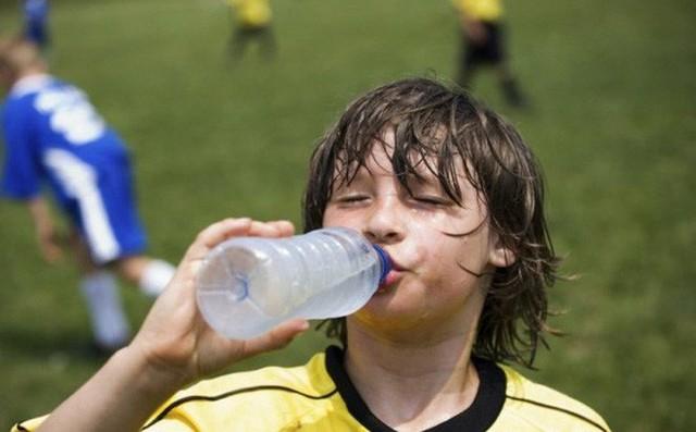 Những bệnh nguy hiểm đe dọa sức khỏe của gia đình bạn khi trời nắng nóng đỉnh điểm, ai cũng nên biết để phòng tránh - Ảnh 1.