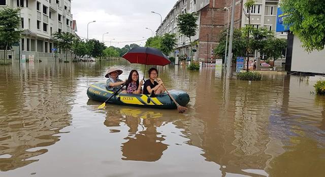 Hà Nội: Làng villa triệu đô hễ mưa là ngập, dân bơi xuồng trên các con phố phố - Ảnh 4.
