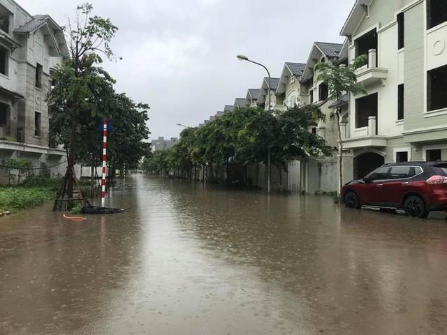 Hà Nội: Làng villa triệu đô hễ mưa là ngập, dân bơi xuồng trên các con phố phố - Ảnh 1.