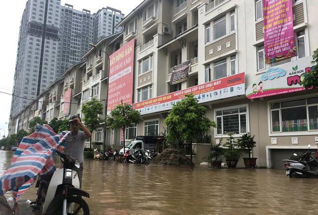 Hà Nội: Làng villa triệu đô hễ mưa là ngập, dân bơi xuồng trên các con phố phố - Ảnh 6.
