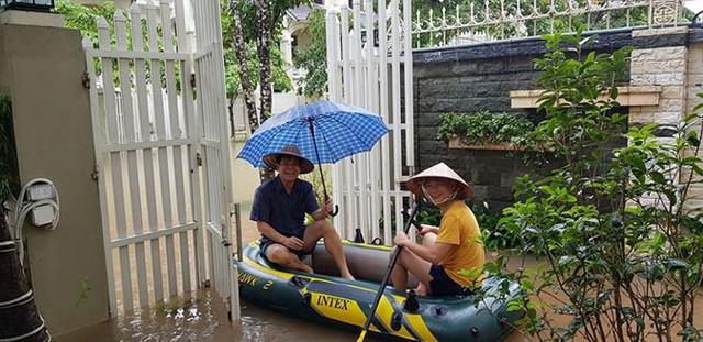 Hà Nội: Làng biệt thự triệu đô hễ mưa là ngập, dân bơi xuồng trên đường phố - Ảnh 3.