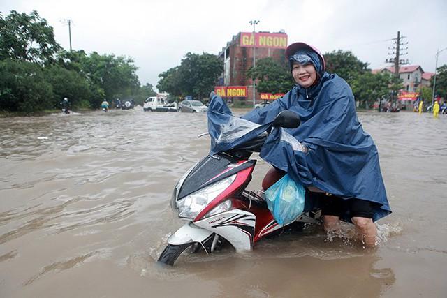 Hà Nội: Làng biệt thự triệu đô hễ mưa là ngập, dân bơi xuồng trên đường phố - Ảnh 5.