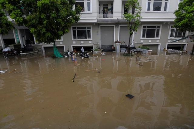 Hà Nội: Làng villa triệu đô hễ mưa là ngập, dân bơi xuồng trên các con phố phố - Ảnh 2.