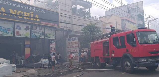 Khói đen kịt quanh vùng trời sân bay Tân Sơn Nhất do cháy lớn ở quận Tân Phú - Ảnh 1.
