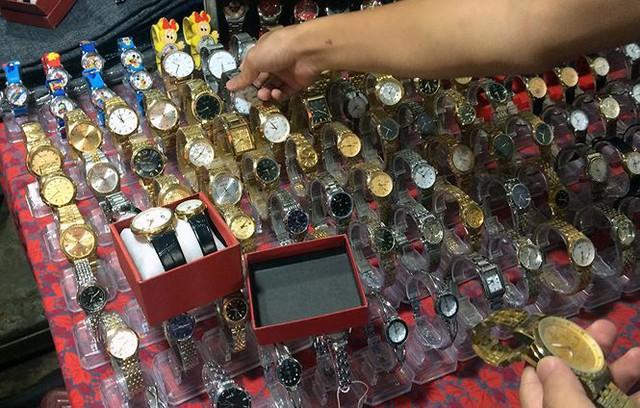 Đồng hồ hàng hiệu Omega, Rolex bán như… bán rau  - Ảnh 2.