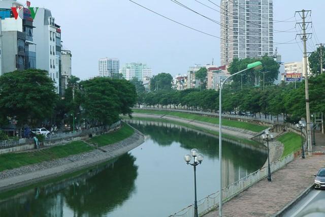 """Sông Tô Lịch """"hồi sinh"""" sau những ngày Hà Nội mưa lớn - Ảnh 13."""