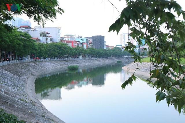 """Sông Tô Lịch """"hồi sinh"""" sau những ngày Hà Nội mưa lớn - Ảnh 3."""