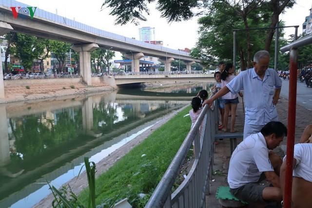 """Sông Tô Lịch """"hồi sinh"""" sau những ngày Hà Nội mưa lớn - Ảnh 5."""