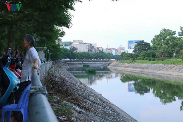 """Sông Tô Lịch """"hồi sinh"""" sau những ngày Hà Nội mưa lớn - Ảnh 6."""
