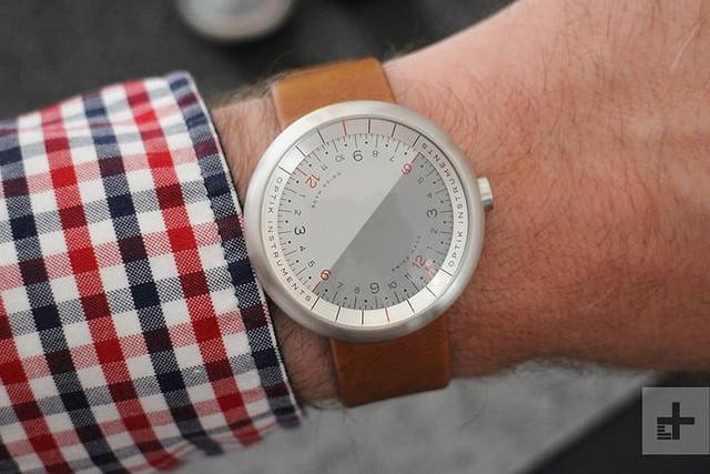 Cận cảnh chiếc đồng hồ kỳ lạ không kim giờ, kim phút - Ảnh 1.