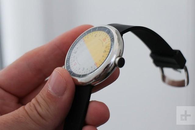 Cận cảnh chiếc đồng hồ kỳ lạ không kim giờ, kim phút - Ảnh 5.