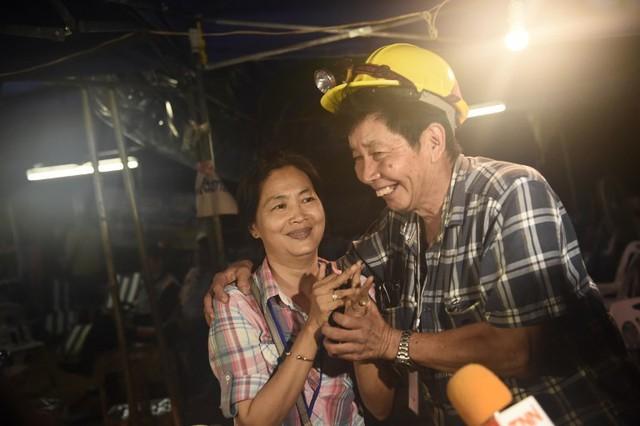 Người Thái thở phào hạnh phúc khi tìm thấy 13 thành viên đội bóng sống sót và an toàn - Ảnh 7.