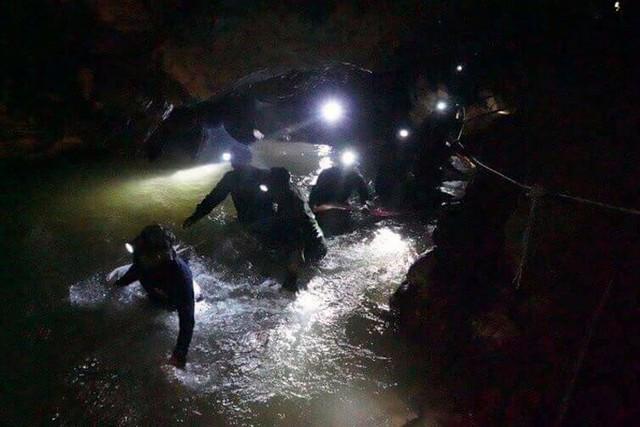 Đội bóng thiếu niên Thái Lan đã sống sót trong hang suốt 9 ngày mắc kẹt bằng cách nào? - Ảnh 2.