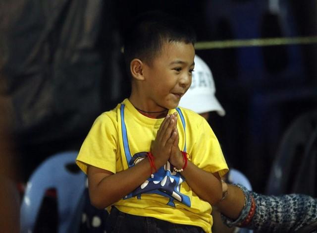 Người Thái thở phào hạnh phúc khi tìm thấy 13 thành viên đội bóng sống sót và an toàn - Ảnh 8.
