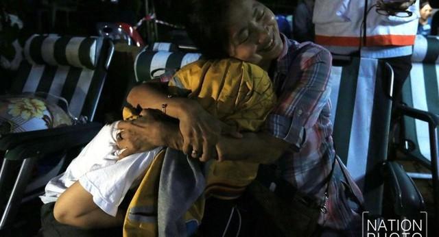 Người Thái thở phào hạnh phúc khi tìm thấy 13 thành viên đội bóng sống sót và an toàn - Ảnh 5.