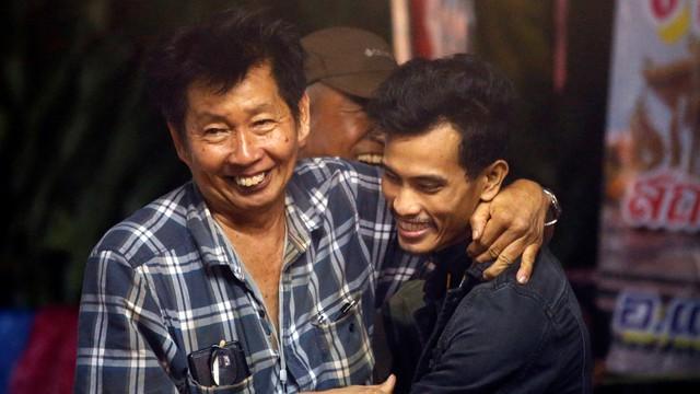Người Thái thở phào hạnh phúc khi tìm thấy 13 thành viên đội bóng sống sót và an toàn - Ảnh 11.