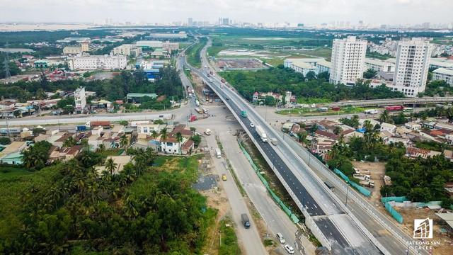 Toàn cảnh cây cầu 200 tỷ tại TP.HCM vừa đưa vào sử dụng đã bị sụt lún - Ảnh 2.
