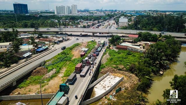 Toàn cảnh cây cầu 200 tỷ tại TP.HCM vừa đưa vào sử dụng đã bị sụt lún - Ảnh 8.