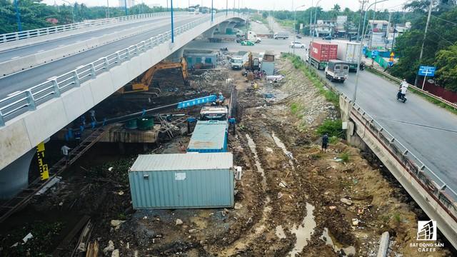 Toàn cảnh cây cầu 200 tỷ tại TP.HCM vừa đưa vào sử dụng đã bị sụt lún - Ảnh 12.