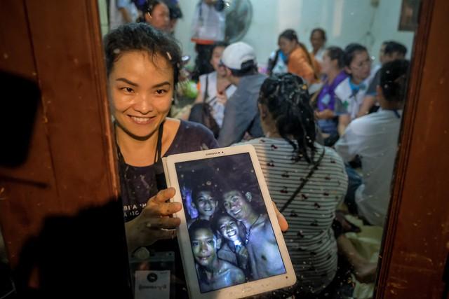 Người Thái thở phào hạnh phúc khi tìm thấy 13 thành viên đội bóng sống sót và an toàn - Ảnh 12.