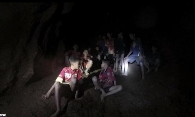 Nóng: Đã tìm thấy đội bóng Thái Lan mất tích, 12 đứa trẻ và huấn luyện viên đều sống sót đầy kỳ diệu - Ảnh 2.