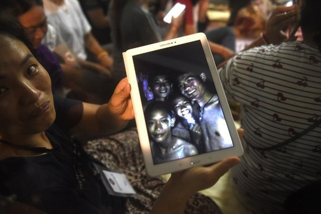 Những hình ảnh mới nhất về đội bóng Thái Lan mất tích trong hang động trên sóng truyền hình - Ảnh 2.