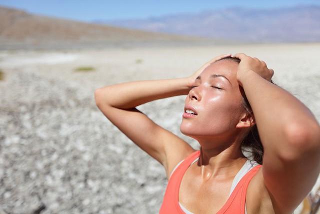 Nắng rát trên 40 độ, bác sĩ cảnh báo dễ tử vong vì say nắng - Ảnh 3.