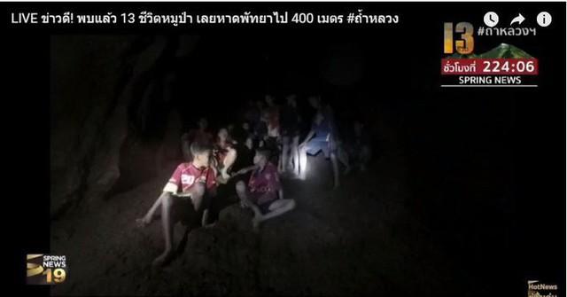 Những hình ảnh mới nhất về đội bóng Thái Lan mất tích trong hang động trên sóng truyền hình - Ảnh 4.