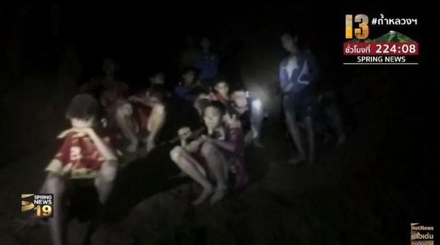 Những hình ảnh mới nhất về đội bóng Thái Lan mất tích trong hang động trên sóng truyền hình - Ảnh 5.