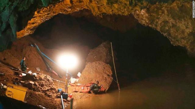 Đội bóng thiếu niên Thái Lan đã sống sót trong hang suốt 9 ngày mắc kẹt bằng cách nào? - Ảnh 3.