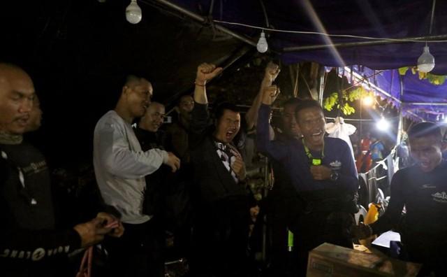 Người Thái thở phào hạnh phúc khi tìm thấy 13 thành viên đội bóng sống sót và an toàn - Ảnh 10.
