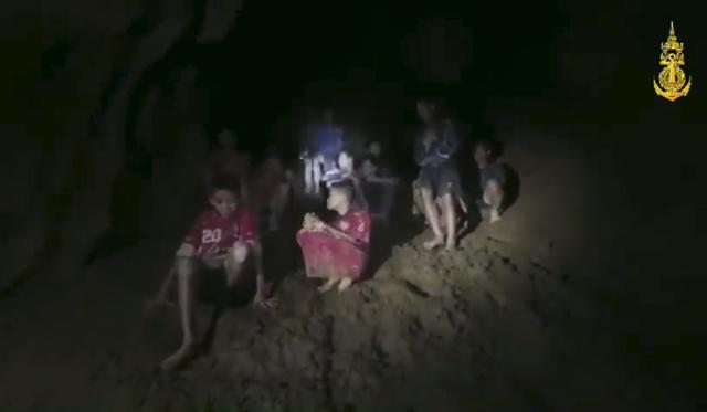 Đội bóng thiếu niên Thái Lan đã sống sót trong hang suốt 9 ngày mắc kẹt bằng cách nào? - Ảnh 1.