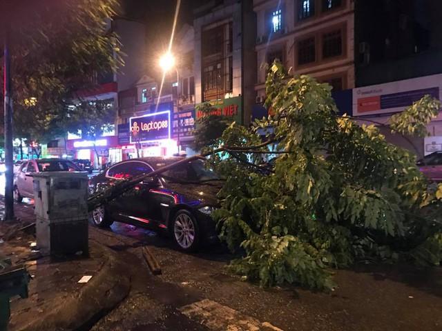 Chùm ảnh các tuyến phố ngập úng, tắc đường kinh hoàng nhiều giờ liền sau cơn mưa lớn tại Hà Nội - Ảnh 10.