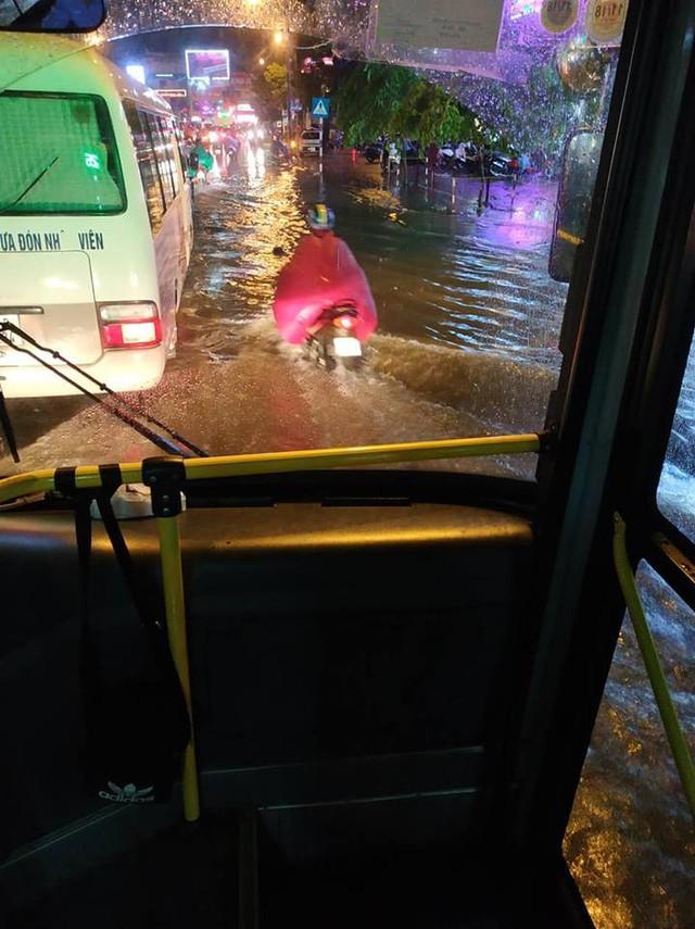 Chùm ảnh các tuyến phố ngập úng, tắc đường kinh hoàng nhiều giờ liền sau cơn mưa lớn tại Hà Nội - Ảnh 8.