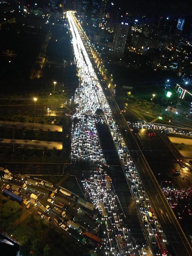 Chùm ảnh các tuyến phố ngập úng, tắc đường kinh hoàng nhiều giờ liền sau cơn mưa lớn tại Hà Nội - Ảnh 11.