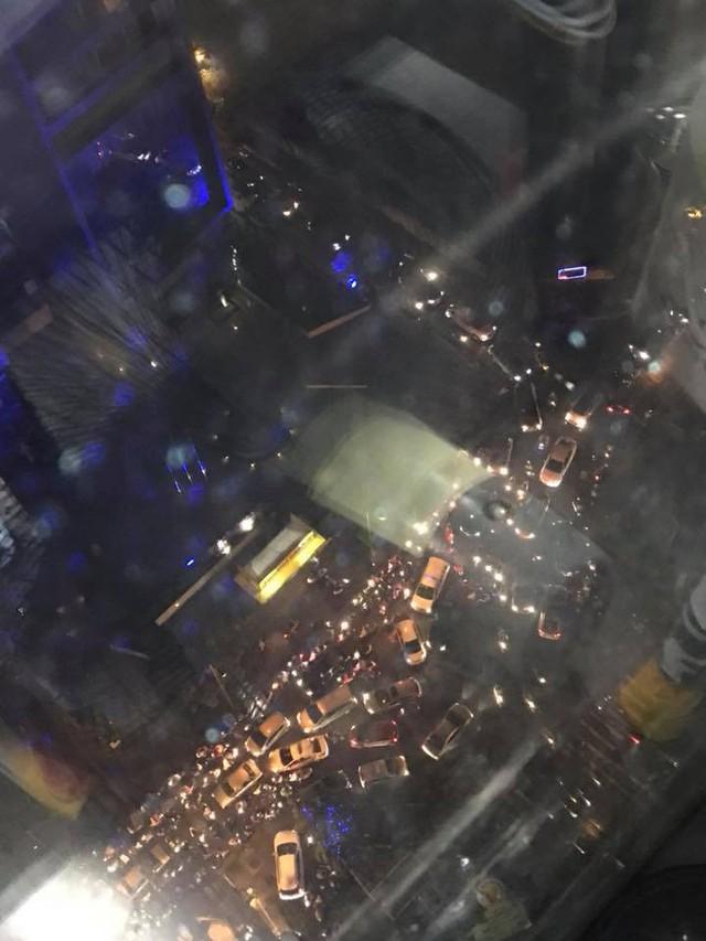Chùm ảnh các tuyến phố ngập úng, tắc đường kinh hoàng nhiều giờ liền sau cơn mưa lớn tại Hà Nội - Ảnh 1.