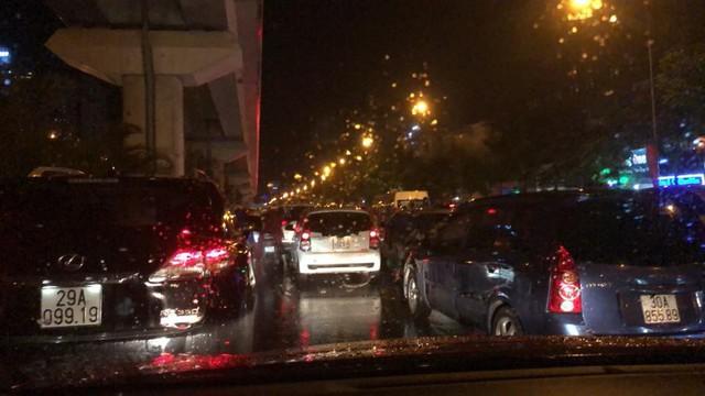 Chùm ảnh các tuyến phố ngập úng, tắc đường kinh hoàng nhiều giờ liền sau cơn mưa lớn tại Hà Nội - Ảnh 6.