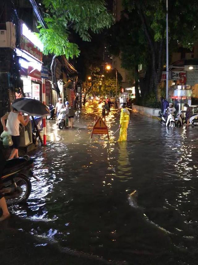 Chùm ảnh các tuyến phố ngập úng, tắc đường kinh hoàng nhiều giờ liền sau cơn mưa lớn tại Hà Nội - Ảnh 2.