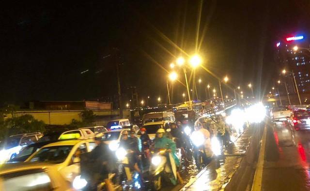 Chùm ảnh các tuyến phố ngập úng, tắc đường kinh hoàng nhiều giờ liền sau cơn mưa lớn tại Hà Nội - Ảnh 7.
