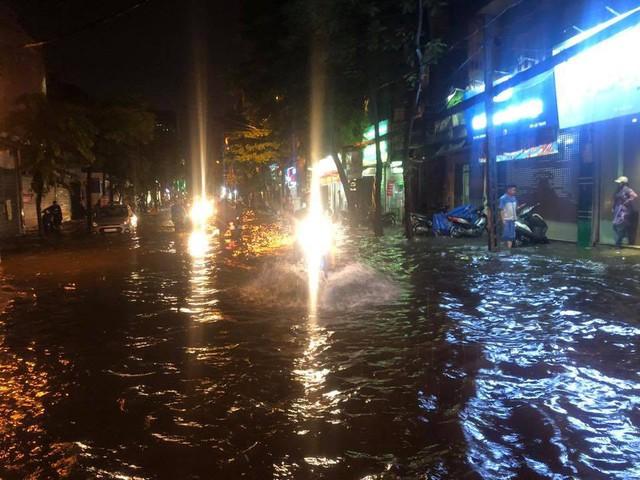 Chùm ảnh các tuyến phố ngập úng, tắc đường kinh hoàng nhiều giờ liền sau cơn mưa lớn tại Hà Nội - Ảnh 9.