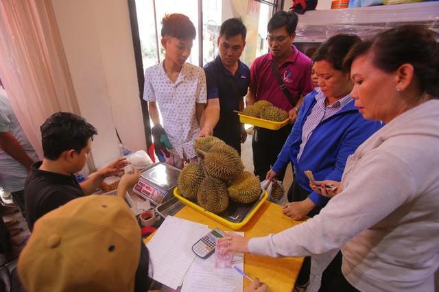 Xếp hàng chờ tới lượt mua sầu riêng ăn trả hạt ở TP HCM - Ảnh 11.